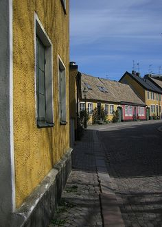 Lund Houses on a Curve