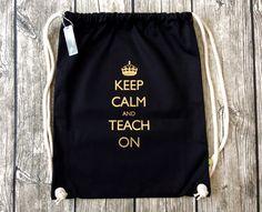 _Keep calm and teach on_ - Der perfekte Beutel für Lehrer aus 100% Bio-Baumwolle. Das Motiv ist mit Flexfolie (gold) auf den Turnbeutel aus hochwertigem, schweren Stoff (340 g/m2) gedruckt. Die...