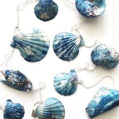Jumping on the marbling bandwagon! Check out these DIY seashells with gold  specks.