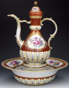Özbilenler Müzayede MEISSEN PORSELEN LEGEN-IBRIK Kont Marcoloni dönemi (1774-1814) Meissen imalat damgalı, Osmanlı pazarı için özel yapım bordo renk leğen, ibrik ve ajurlu sabunluktan müteşekkil takım beyaz hamurlu, beyaz astarlı ve şeffaf sırlı, ibrik düz yuvarlak tabanlı, armudi gövdeli, ince uzun boyunlu, tek kulplu, imbikli ve kubbe kapaklı. Leğen düz yuvarlak tabanlı, dışa dönük halka kenarlı ve yüksek çukur gövdeli. Antique China, Antique Glass, Glass Ceramic, Mosaic Glass, Porcelain Ceramics, China Porcelain, Cute Teapot, Dresden Porcelain, Teapots And Cups
