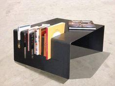 Tavolino con portariviste laterale completamente realizzato in