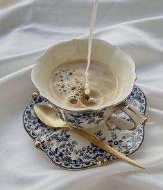 Aesthetic Coffee, Aesthetic Food, Cozy Aesthetic, Brown Aesthetic, Aesthetic Vintage, Think Food, Cafe Food, Coffee Love, Coffee Milk