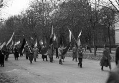 """Andrássy út, jobbra a Munkácsy Mihály utca torkolata. 1956. október 25-e délután, """"véres-zászlós"""" tüntetés. Utca, Street View"""