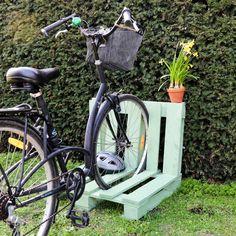 Retrouvez le tutoriel imaginé par Sader pour fabriquer un garage à vélo DIY grâce à une palette en bois. Marie Claire, Garage Velo, Decoration, Craft Gifts, Bicycle, Diy, Crafts, Bricolage, Paint