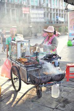 Street food in Bangkok, Thailand. Bangkok travel guide & tips… Bangkok Thailand, Visit Thailand, Thailand Travel, Golf Thailand, Bangkok Travel, Laos, Street Food Market, Street Vendor, World Street Food