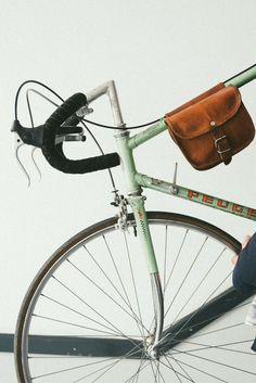 """Doppelt so schön! """"Sabine S"""" verzaubert uns gleich mit zwei zusammenhängenden Taschen für die Fahrradstange. Das Accessoire besteht aus naturgegerbtem Ziegenleder und gehört zu unserer Marke Gusti Leder nature. Die Tasche lässt sich einfach auf die Mittelstange des Fahrrads auflegen und bietet Dir auf charmante Art und Weise zusätzlichen Stauraum für Flickzeug oder Dein Handy. Die Taschen selbst werden über Schnallen verschlossen, die den einzigartigen Vintage-Look unterstützen.  Gusti Leder"""