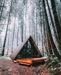 Vivienda o apartamento entero en Skykomish, Estados Unidos. Cozy A-frame cabin located about 15 minutes from the slopes and at the doorstep of some of the best hikes the PNW has to offer. Sky Haus has a ver. Forest Cabin, Forest House, Tiny House Cabin, Cabin Homes, Tiny Homes, Arched Cabin, A Frame House Plans, Cabin In The Woods, Cabins And Cottages