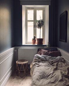 10 manieren om een kleine slaapkamer prachtig in te richten - Alles om van je huis je Thuis te maken   HomeDeco.nl Bedroom Apartment, Home Decor Bedroom, Bedroom Furniture, Furniture Design, Grey Furniture, Bedroom Plants, Small Rooms, Small Spaces, Bedroom Small
