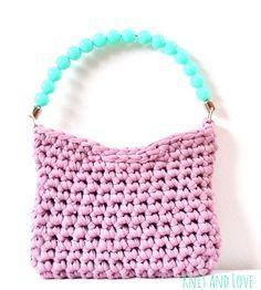 Bolso sonrisa patrón gratuito, con trapillo pluma y asa de perlas de knitandlove shop Smile heather t-shirt yarn bag free tutorial http://www.knitandlove.com/2015/03/bolso-sonrisa.html?m=0