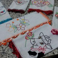 Panos de pratos bordados e com bico em croche 15,00 cada <br>diversas cores e modelos
