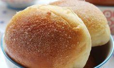 Bollo de mantequilla Para el bollo: 1 kg de harina fuerte 180 grs de mantequilla 25 grs de sal 180 grs azúcar 60 grs de levadura 3 huevos 350 cl agua Para la crema de mantequilla: 700 grs de azúcar en grano 250 cl de agua 700 grs de mantequilla atemperada 1 yema de huevo. huevos+mantequilla+azúcar+sal+agua amasar,reposar 10´+levadura con agua.Hacer bolas de 50g reposar 3h a 40º.untar con huevo y echar un poco de azúcar por encima. Cocer a unos 200º  8´ hacer un jarabe+mante+yema=relleno