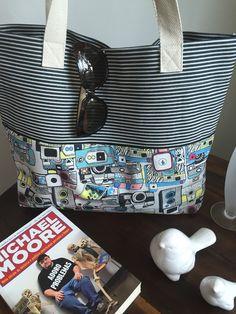 Bolsa com tecido de listras rústico e tecido colorido, bolso interno com zíper. <br>Obs: Objetos não incluídos.