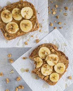 トーストにピーナツバターを塗って、バナナを乗せました。さらにグラノーラで食感をプラスして。甘いものが好きな方は、ハチミツをかけても。
