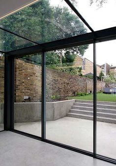 The versatile glass extension on this traditional home uses a glass roof & frameless structural glass sides which connect to our minimally framed sliding doors. Extension Veranda, Conservatory Extension, Glass Extension, Modern Conservatory, Kitchen Extension Doors, Glass Conservatory, Rear Extension, Architecture Renovation, Architecture Design