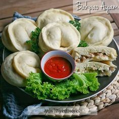 Cara membuat bakpao berbagai isi Instagram Cake Recipes, Snack Recipes, Dessert Recipes, Snacks, Desserts, Pastry And Bakery, Dim Sum, Fresh Rolls, Food And Drink
