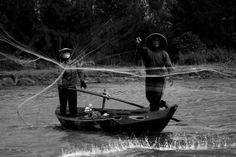 Fishermen throwing a net in B&W, pics I've taken in Hoi An, Vietnam  - http://earth66.com/human/fishermen-throwing-net-pics-ive-taken-hoi-vietnam/