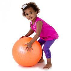 Usa la pelota terapéutica de @funandfunction para fortalecer tu cuerpo o simplemente para patear, rodar y jugar.  Fortalece los músculos del tórax ya que fomentan la buena postura y los hábitos de sentado.  Edades: 3+ #jugandoyeducando