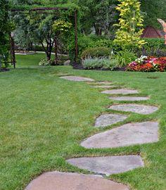 Como fazer um caminho de pedras no jardim. Se você está procurando ideias para decorar seu jardim ou apenas uma forma de o atravessar sem danificar o gramado ou pisar na terra molhada, porque não fazer um caminho de pedras? Esse elemento é rea...
