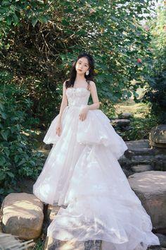 Korean Fashion Dress, Kpop Fashion Outfits, Celebrity Outfits, Fashion Dresses, Old Fashioned Wedding Dresses, Beautiful Chinese Girl, Beautiful Bride, Princess Ball Gowns, Princess Style