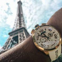 Una versión blanca del reloj BOLT 68 de Bomberg