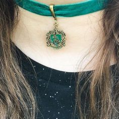 Show off your house pride with the daintiest details // Harry Potter Slytherin Choker (Diy Necklace Choker) Slytherin Clothes, Slytherin House, Slytherin Pride, Hogwarts Houses, Mode Harry Potter, Harry Potter Outfits, Bff, Slytherin Aesthetic, Diy Necklace