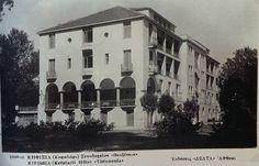 Το ξενοδοχείο Θεοξένια βρίσκεται στην πλατεία Κεφαλαρίου και οικοδομήθηκε το 1928 ως ξενοδοχείο-αναρρωτήριο. Τελικά η πολιτεία δεν το επέτρεψε και λειτούργησε μόνο ως ξενοδοχείο. «Κηφισιά, όψεις της ιστορίας της πόλης και του δήμου, αρχειακά τεκμήρια» Bauhaus, Athens Greece, Once Upon A Time, Old Photos, Greek, History, Architecture, Unique Quotes, Places