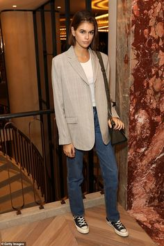 Fall Fashion Kaia Gerber looks casually chic as she swaps the runway for store launch in Paris Converse Outfits, Estilo Converse, Estilo Jeans, Converse Style, Blazer Outfits, Converse Chuck, Kaia Gerber, Star Fashion, Look Fashion