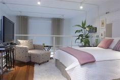 Neste lofts, o espaço do dormitório é amplo. Foi possível incluir uma poltrona de leitura, que permite vista para o resto do apartamento, abaixo do mezanino Foto: J. Vilhora/ Leonardo Junqueira Arquitetura