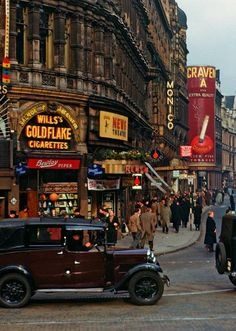 London, Piccadilly Circus, Mustard and maroon emphasized in the signs and buildings bring vibrance to this street scene. England And Scotland, England Uk, London England, Piccadilly Circus, London History, British History, Vintage London, Old London, Rio Tamesis