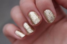 Cute Gold & Sparkly Finger Nails