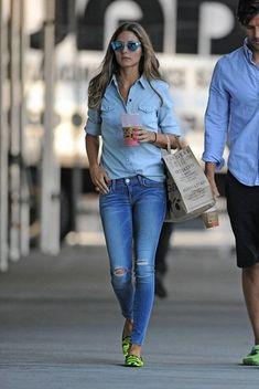 Olivia Palermo trägt Hellblaues Jeanshemd, Blaue Enge Jeans mit Destroyed-Effekten, Grüne Camouflage Leder Slipper, Blaue Sonnenbrille
