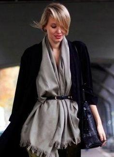 Meninas, o Inverno está chegando e os lenços e echarpes podem fazer toda a diferença no seu look! O melhor deste inverno é que você pode apostar no ec...