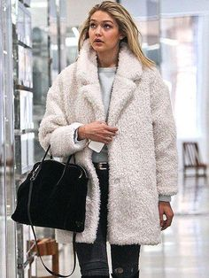casaco pelinho ( Tendência do inverno 2019 ) Winter Fashion Outfits, Fall Winter Outfits, Fashion Week, Autumn Winter Fashion, Cameron Diaz Style, Gigi Hadid Outfits, Fuzzy Coat, Foto Fashion, Celebrity Outfits