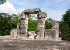 Hacer un tour a Chichen Itzá desde Cancún es prácticamente obligatorio en la lista de cualquier viajero de visita en el Caribe Mexicano. Al contratar uno de nuestros tours en Cancún hacia las imponentes ruinas mayas, podrás descubrir parte del glorioso pasado de esta ciudad prehispánica, conociendo detalles importantes acerca de los templos más representativos que la antigua civilización maya construyó en esta urbe. El Castillo o Templo de Kukulcán, El Observatorio y el Templo de las Mil…