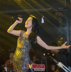 """Kỳ Duyên vui sướng khi được Thu Phương ôm hôn - http://www.iviteen.com/ky-duyen-vui-suong-khi-duoc-thu-phuong-om-hon/  Hoa hậu Việt Nam 2014 có mặt tại show diễn của nữ ca sĩ Thu Phương mới đây và có những cử chỉ thân thiết cùng nữ ca sĩ đất Cảng.     Tối qua (11/09), Thu Phương có đêm nhạc """"Có phải em mùa thu Hà Nội"""" cùng 3 học trò The Voice của mình tại một tụ điểm ca nhạc"""