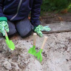 """Ces outils de jardin pour enfants de la marque Esschert Design permettront aux petits d'accompagner leurs parents et grands-parents dans les joies du jardinage. Cet ensemble """"Set de jardinage enfants"""" comprend : 1 bêche, 1 pelle et 1 fourche. Ces outils de jardinage sont fabriqués en bois et en métal. Garden Trowel, Garden Tools, Esschert Design, Outdoor Power Equipment, Grands Parents, Gardens, Children Garden, Enamel Paint, Green"""
