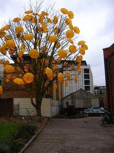 floración Paraguas Árbol porción Sam Spencer en la jardinería de guerrilla urbana Con El paraguas del festival urbano del Jardín de arte otoño