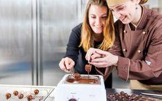 Süsse Träume: 11 Tipps für Bern, Geburtsstadt der Schokolade Drinks, Food, Chocolates, Vacations, Tips, Drinking, Beverages, Eten, Drink