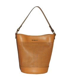 BOLSO DE MANO DE PIEL BRIDAS 1090 CAMEL    Bridas nos trae este bolso de marca de piel en forma de cubo. Es perfecto para el día y lo puedes mezclar con un estampado de flores, con un look marinero o cualquier prenda de color.
