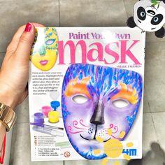 Sadece kendinize özel çok özel bir maske yapın. Parlayan boyalar ve göz alıcı yapışkanlar ile hayal gücünüzü kullanın. Geceleri parlar, gündüzleri ise ışık saçar.  Her çeşit çocuk partileri için yaratıcı bir sanat ve eğlence. İçindekiler: 3 maske, 2 fırça, 1 boya şeridi, parlak boya, pırıltılı yapışkan, şablon ve detaylı yapım kılavuzu içerir. Yaş Grubu:5+