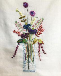 #프랑스자수 #frenchembroidery . . 화병 안에 글라데이션을 놓다가 빠졌다...정신이!! 너무 몰입해서 많이도 수놓았다 뜯기싫어서 패스~~<<