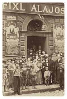 1900 körül. Dohány utca 82. Fixl Alajos vendéglője előtt.
