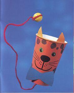 Un vaso de plástico o de papel, pintado. Un poco de cartulina o goma eva para las orejas y para el lazo. Un trozo de lana y una bolita... Tenemos un juguete muy divertido y entretenido.