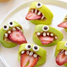 """""""Var ikke dette en superkul ide til Halloween? (eller en hvilken som helst annen dag) Disse monsterne er laget av eple, jordbær, peanutsmør og frø…"""""""
