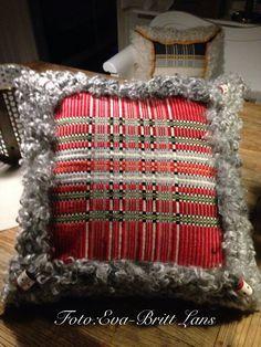 Marininspirerad matta i rött och blått, mattan vävd i rosengång. Loom Weaving, Hand Weaving, Sons Of Norway, Textiles, Weaving Patterns, Textile Art, Handicraft, Embroidery, Tejidos