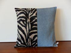 Housse de coussin ethnique, fausse fourrure motif zèbre et blue jeans recyclé : Textiles et tapis par michka-feemainpassionnement