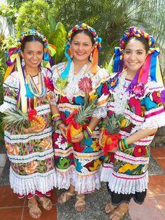 El colorido huipil de San Felipe Jalapa De Diaz, Mexico. Folklorico Dresses, Mexican Style Dresses, Mexican Designs, Mexican Art, People Dress, World Cultures, Fashion Show, Women's Fashion, Traditional Outfits