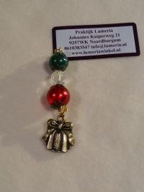 Rood groen kerst hangertje met cadeautje