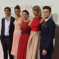 Taylor and some of her cast mates on the red carpet at The Giver Premiere!