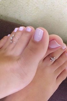 In this video, we will show you the latest trendy toe ring designs for women, silver toe rings, foot jewelry & more. Find out the perfect toe rings for you. Pretty Pedicures, Pretty Toe Nails, Cute Toe Nails, Cute Toes, Pretty Toes, Beautiful Toes, Lovely Legs, Tattoo Toe, Pies Sexy